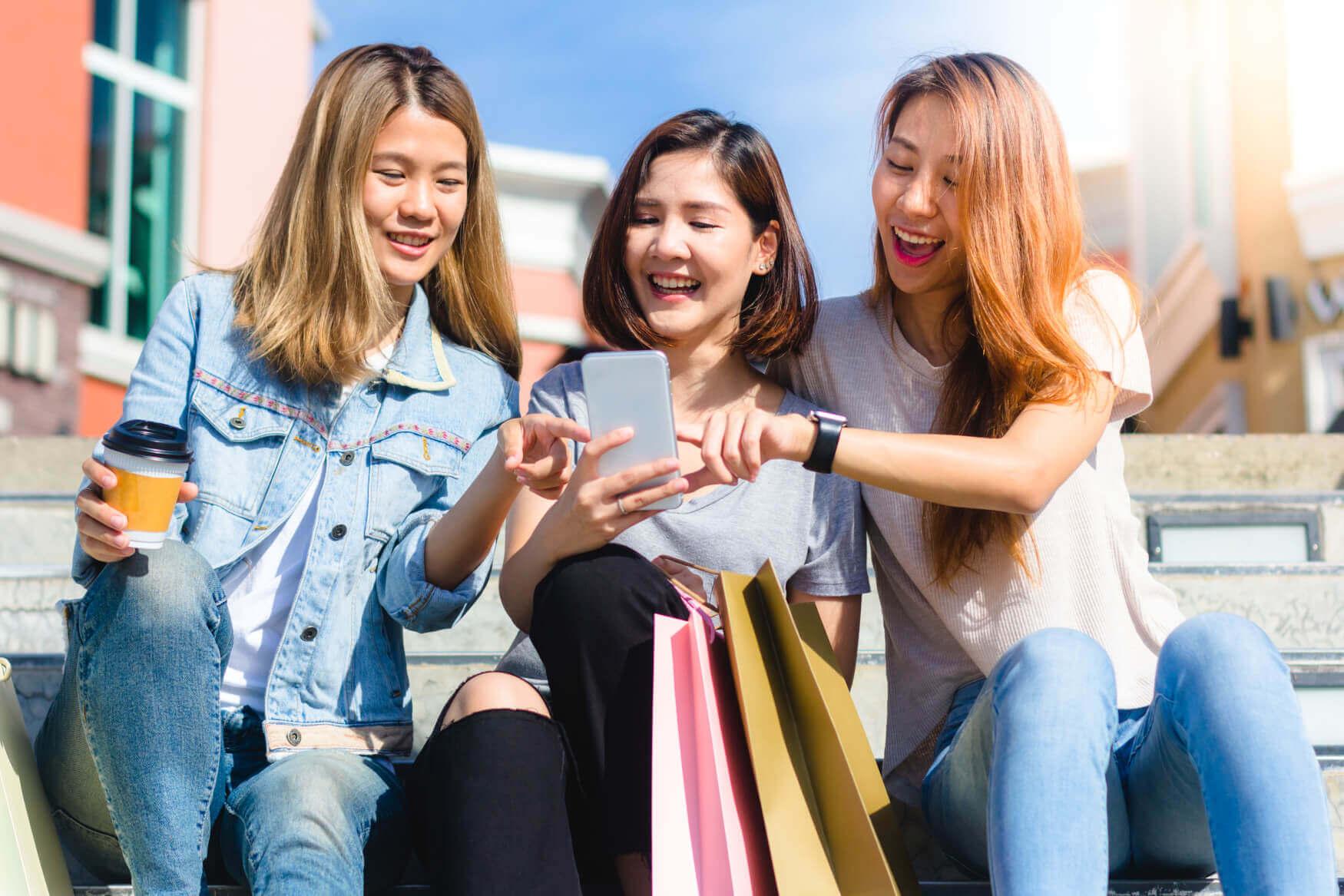 Frauen-am-Smartphone-beim-Vergleichen